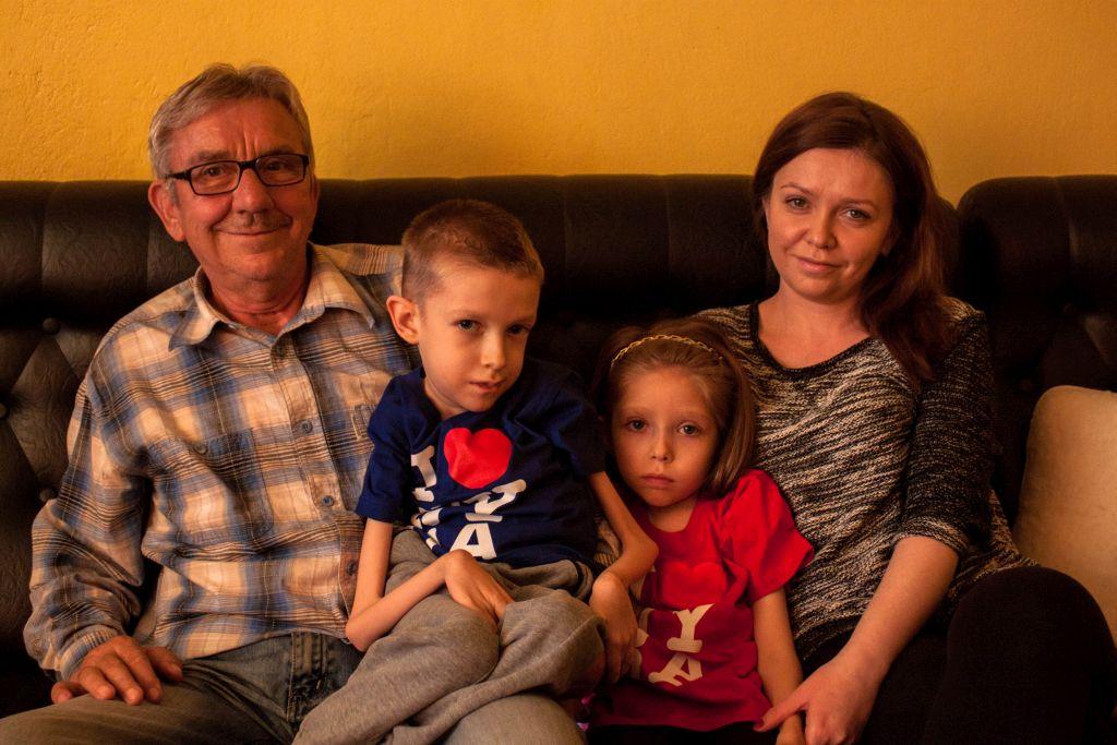 """Weronika i Bartek z mamą oraz dziadkiem [fot.""""I Love Nysa""""]"""