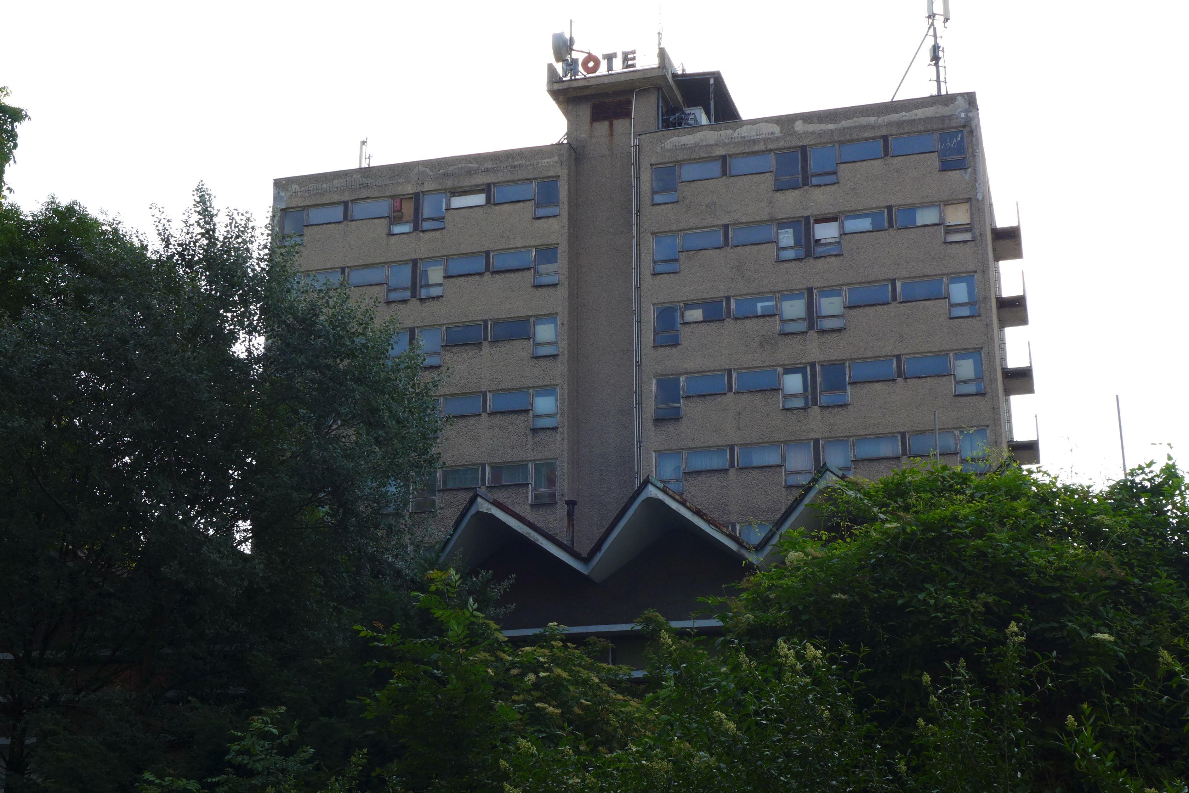 Budynek dawnego Hotelu Stobrawa popada w ruinę [zdj. Maciej Knapa]